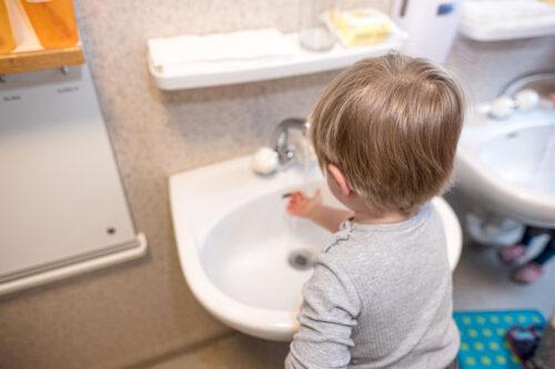 Rhy-Spatze-Hände waschen