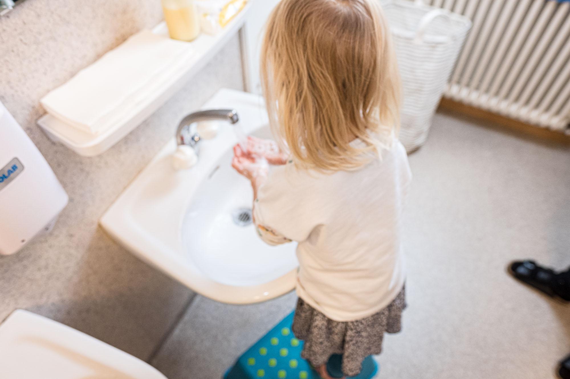 Rhy-Spatze-Hände waschen Mädchen