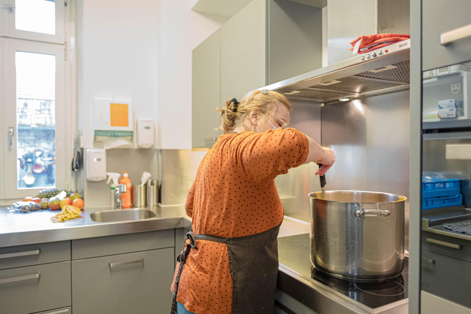 Köchin am Kochen