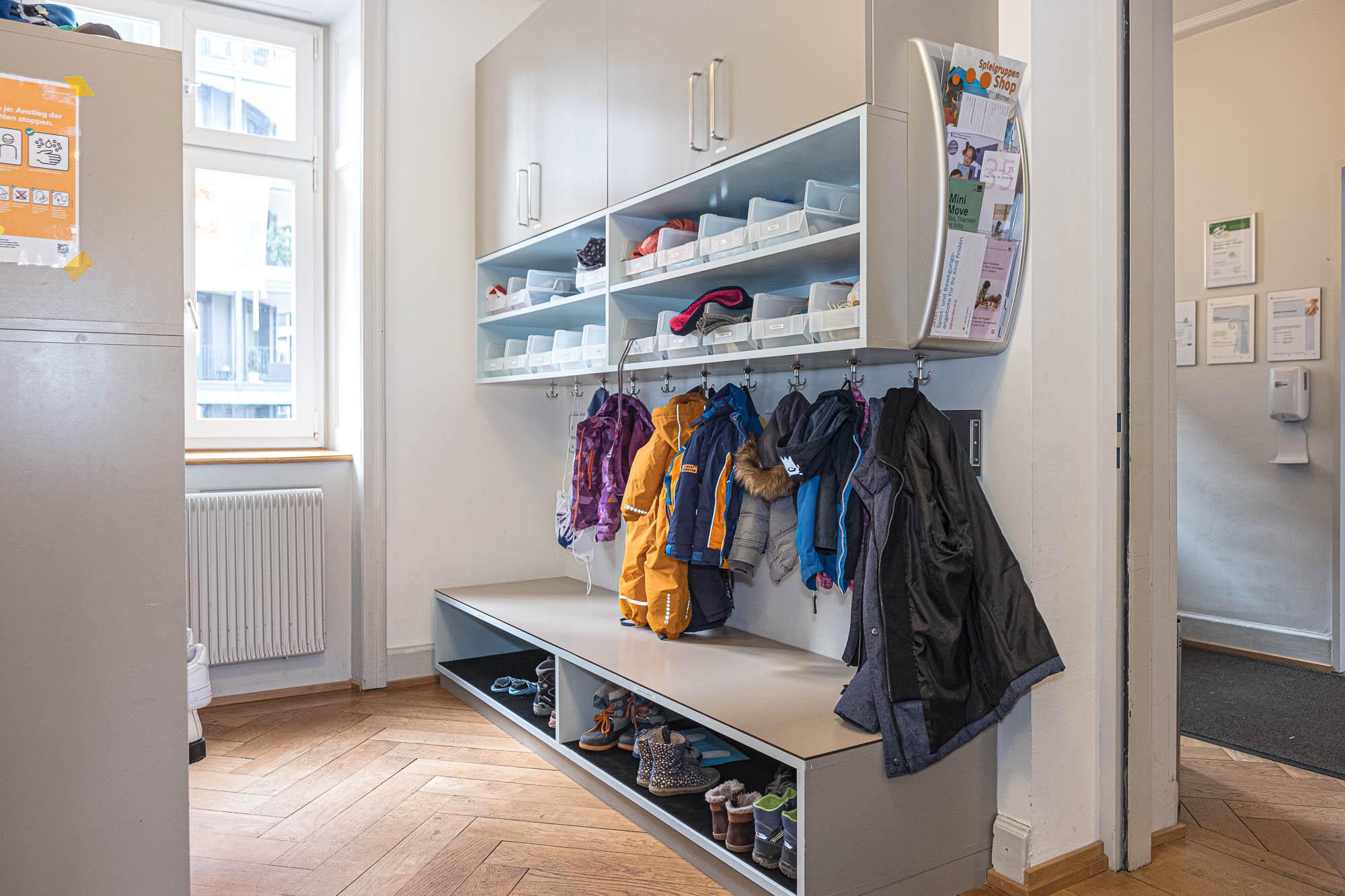 Garderobe EG mit Fächern und Schilder