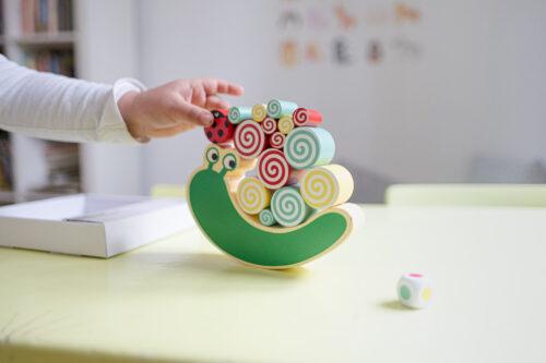 Spielschnecke mit Kinderhand