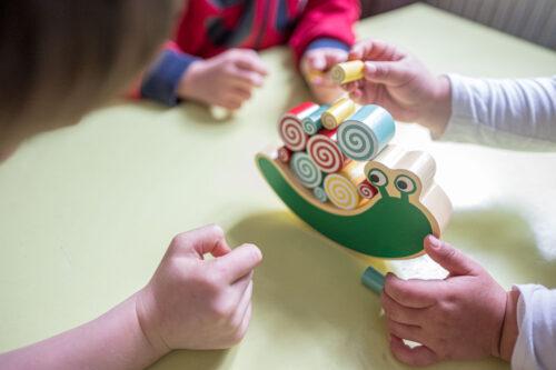 Spielschnecke mit Kinderhänden