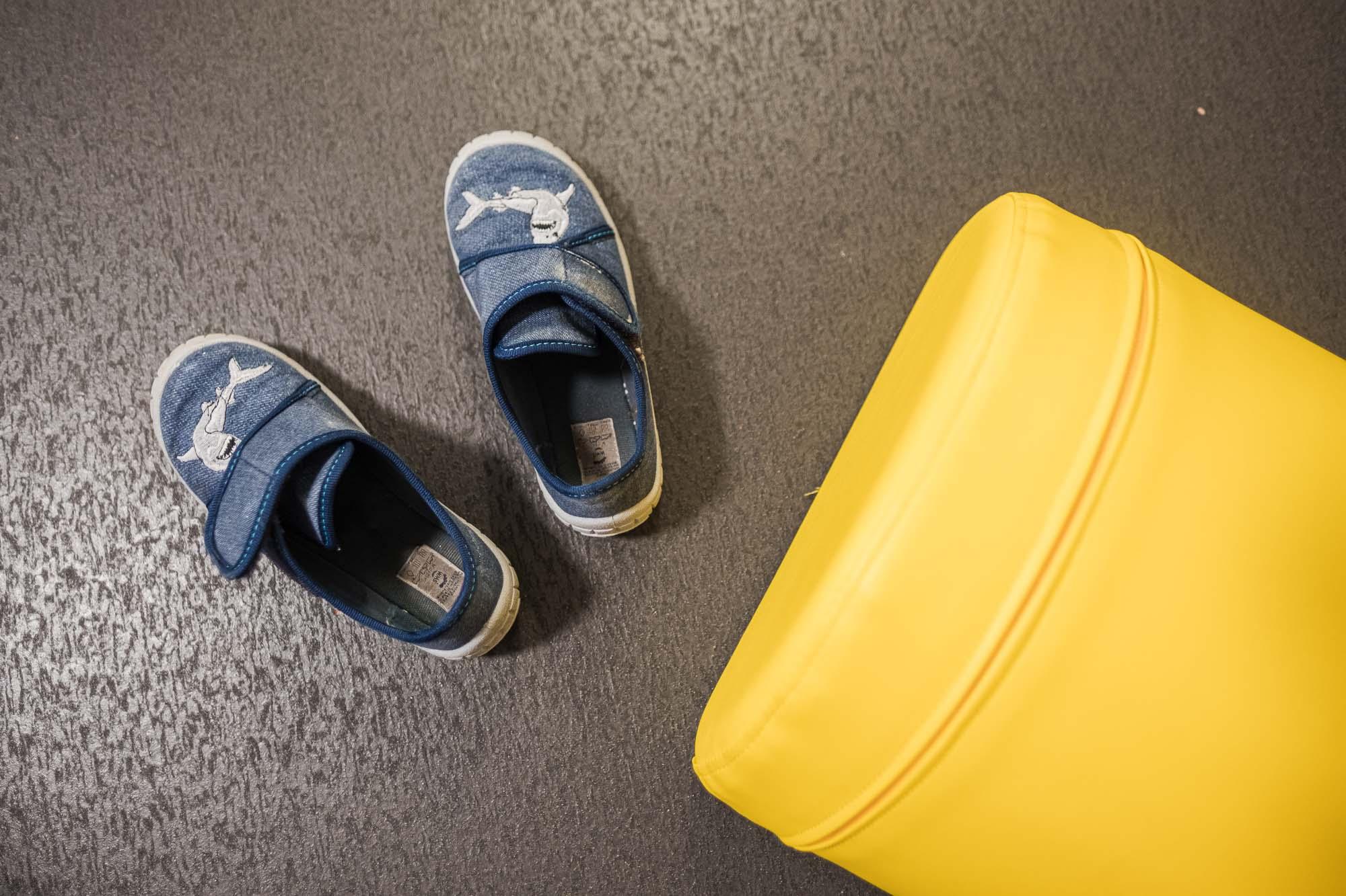 Detail Schuhe und Kissen