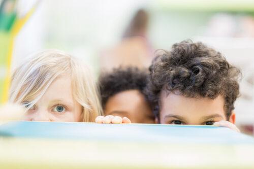 3 Kinder versteckt am Gucken