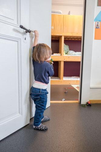Rhy-Spatze-Kind am Schlafzimmer Eingang