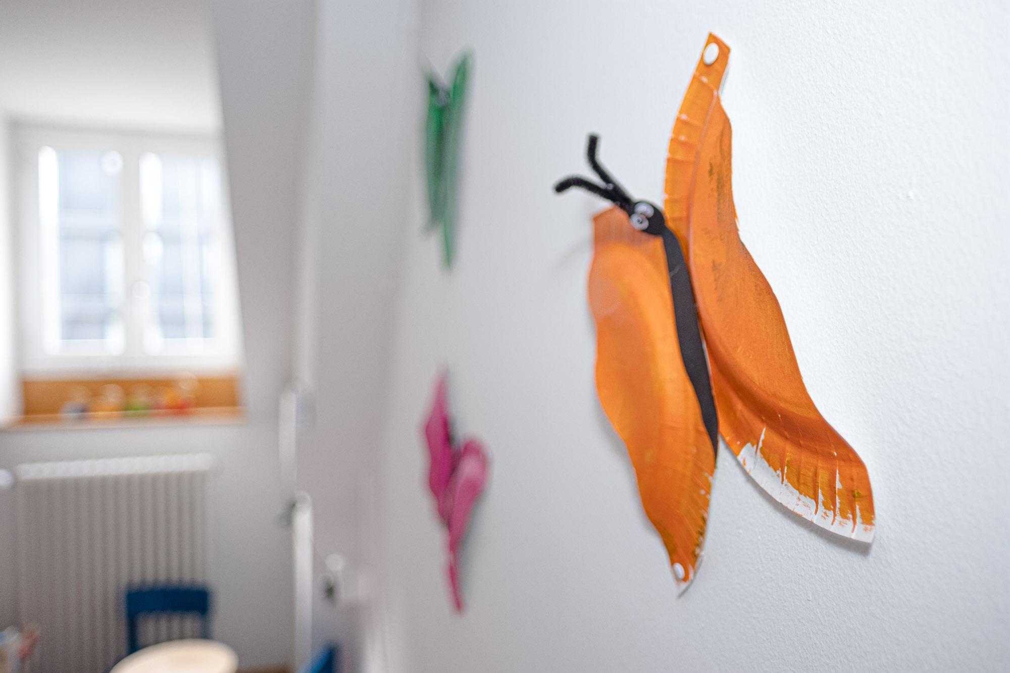 Rhy-Spatze-Schmetterlinge an Wand
