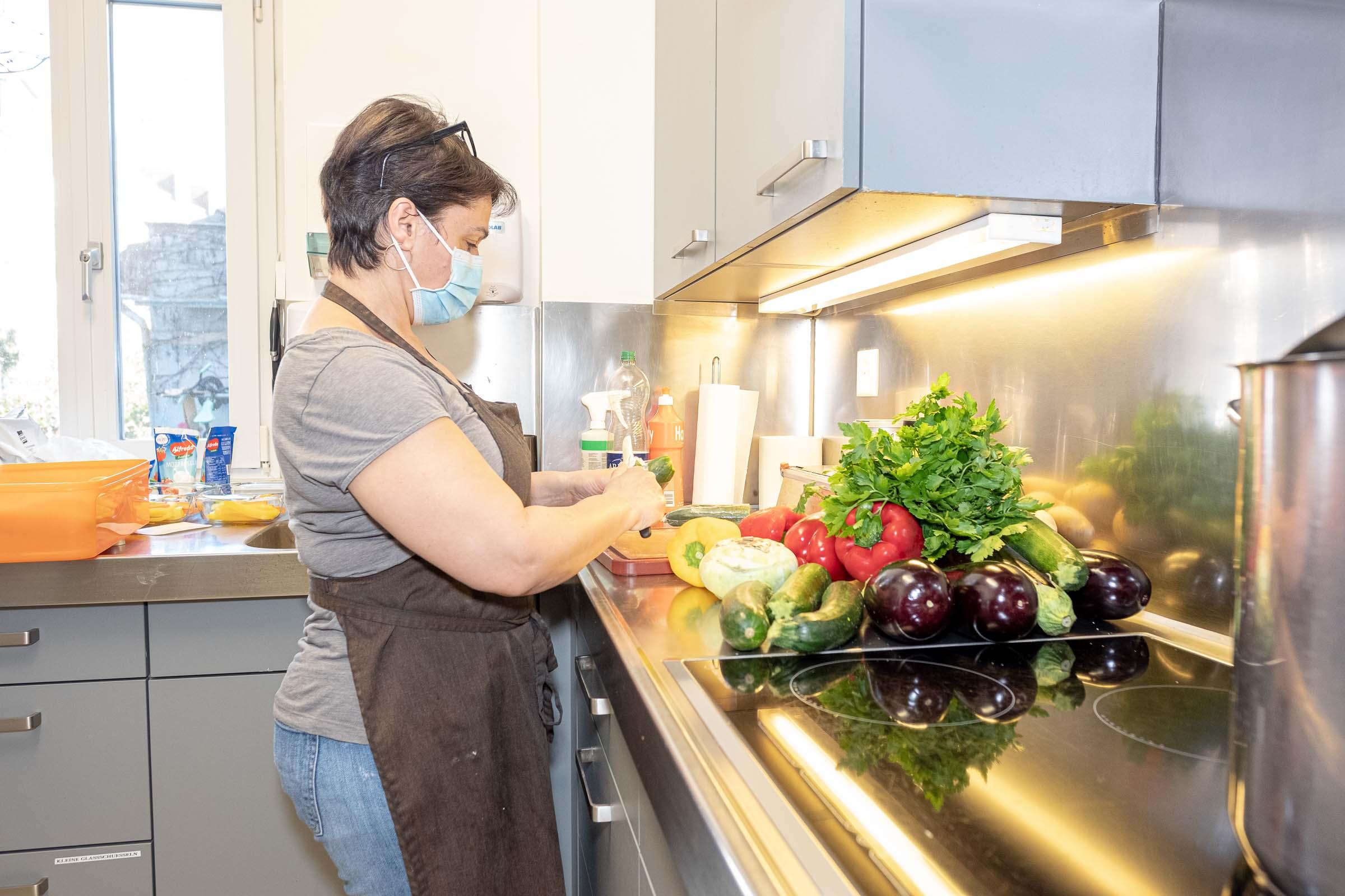 Köchin bereit gesunde Speisen zu