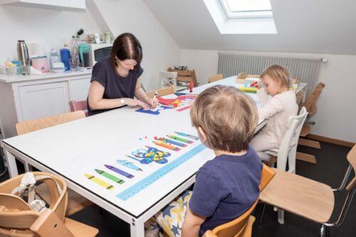 Kinder basteln mit Betreuerin